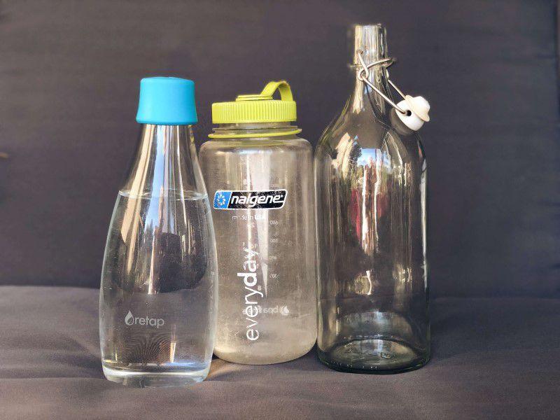 Tri rôzne znovupoužiteľné fľaše