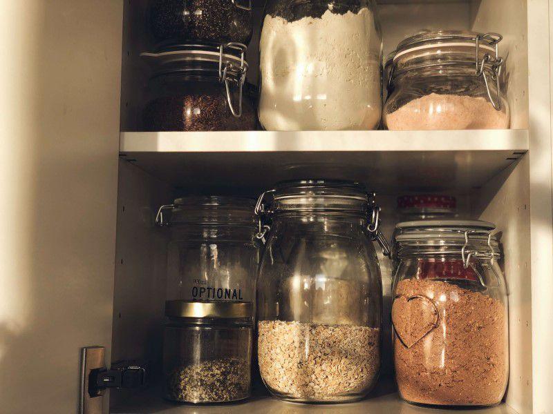 Sklenené nádoby a dózy naplnené potravinami